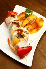 spiedini di pesce con peperoni alla griglia