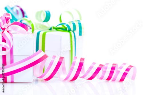 ruban cadeau rose et paquets cadeaux sur fond blanc de frog 974 photo libre de droits 27800986. Black Bedroom Furniture Sets. Home Design Ideas