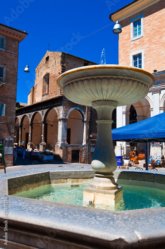 Leinwanddruck Bild Fontana nel centro storico di Urbino