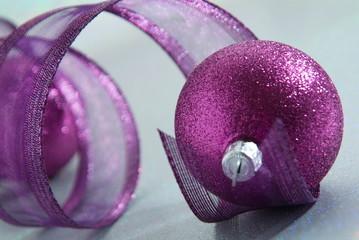 Weihnachtskugeln mit Dekorationsband