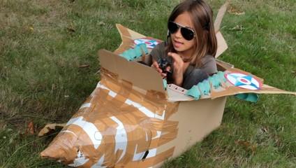 enfant au commande de son avion de chasse