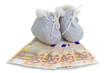 Leinwandbild Motiv Babyschuhe und Geldscheine