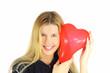 Schöne junge Frau verliebt mit rotem Herz