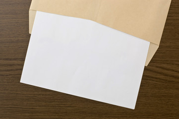 茶色の封筒と白紙