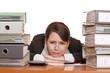 Frau im Büro mit Aktenordnern ist verzweifelt, gestresst u. über