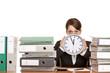 Frau im Büro ist gestresst durch extremen Zeitdruck