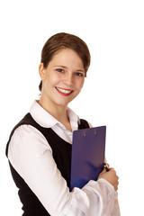 Junge hübsche Frau hält lachend ein Klemmbrett für Inventur