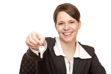 Frau übergibt freudig Schlüssel für das Eigenheim