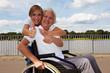 Rollstuhlfahrerin hebt ihren Daumen