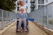 Frau mit Rollstuhlfahrerin auf Rampe