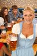 Bayerische Frau mit Bier