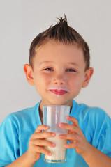 kind mit Milch