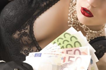 Attraktive junge Frau hält Geldscheine