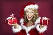 Frohes Weihnachtsfest-Snata Claus Frau mit Geschenken.