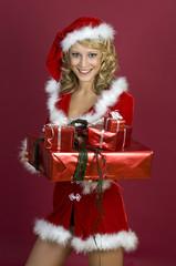 Sexy Frau in Santa Klaus  Bekleidung und Geschenken.