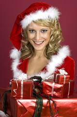 Frau in Santa Klaus Bekleidung mit Weihnachtsgeschenke2