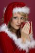 Frau in Santa Klaus Bekleidung