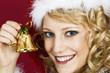 Frau im Santa Claus Kleidung mit einer Glocke.