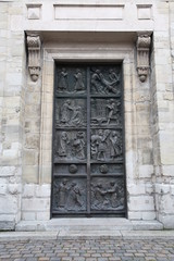 porte de l'eglise saint pierre de montmartre a paris