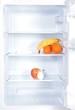 geöffneter Kühlschrank mit Früchten