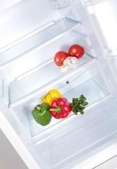 Gemüse in leerem Kühlschrank