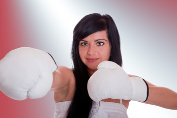 Junge Frau mit Boxhandschuhen 096h