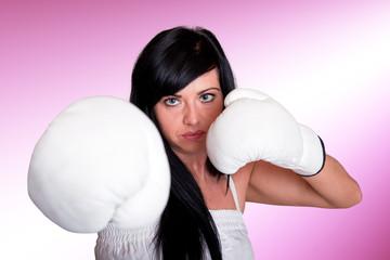 Junge Frau mit Boxhandschuhen 102pink