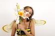 Eine süße Biene mit einem Strauß Blumen