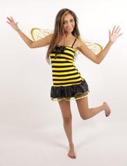 Eine süße kleine Biene tanzt