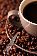 Svart kaffe i en kopp