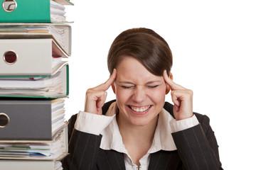 Frau im Büro hat Migräne durch zuviel Stress
