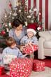 familie packt geschenke aus