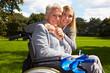 Glückliche Oma im Rollstuhl mit Enkelin