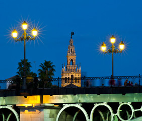 Puente de Triana und Giralda bei Dämmerung