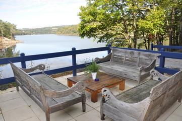 terrasse sur le lac de guerledan en bretagne