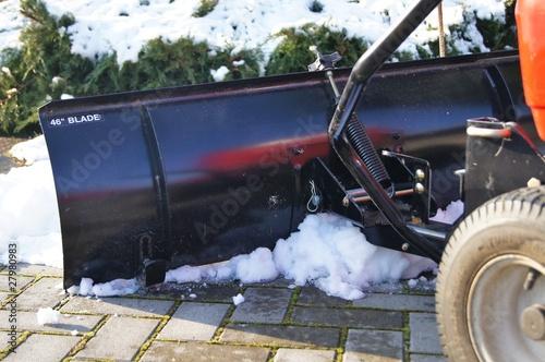 rasentraktor mit schiebeschild winterdienst von photographybymk lizenzfreies foto 27980983. Black Bedroom Furniture Sets. Home Design Ideas