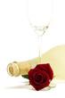 rote rose mit leerem sektglas vor einer matten prosecco flasche