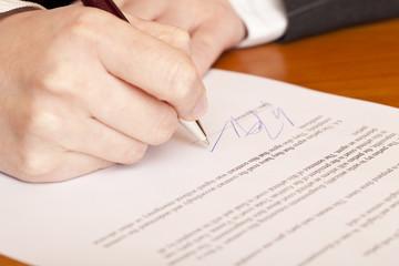 Nahaufnahme einer Vertragsunterzeichnung
