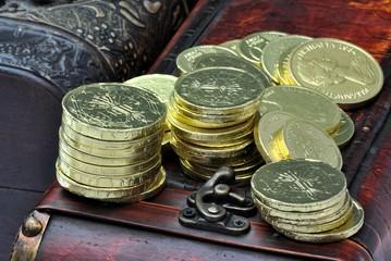 Cofanetto con monete d'oro