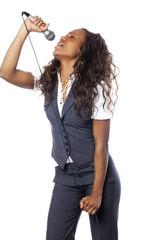 jeune femme chanteuse de type africaine