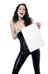 femme souriante publiant un message en biais