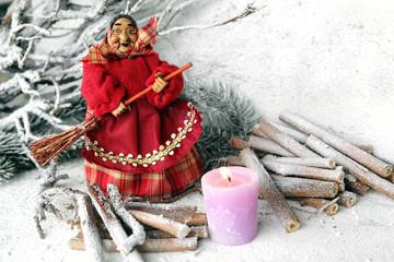 Befana con candelina rosa e legna