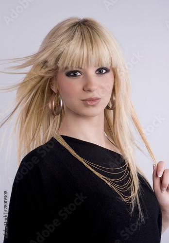 portrait d'une jolie femme blonde aux cheveux longs