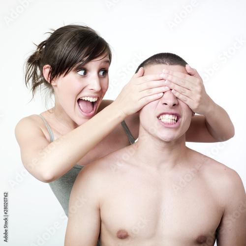jeune fille cachant les yeux de son partenaire
