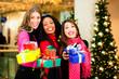 Freundinnen beim Shopping zu Weihnachten