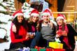Freunde beim Shopping zu Weihnachten