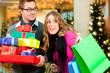 Paar an Weihnachten in Einkaufszentrum