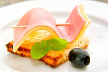 Tost z szynką i żółtym serem.