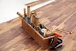 Werkzeugkasten eines Schreiners auf parkett