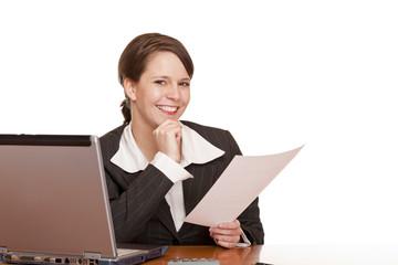 Junge glückliche Frau im Büro hält Arbeitsvertrag in Händen